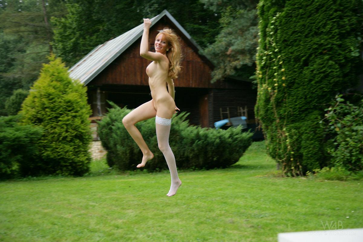 naked-women-in-the-garden